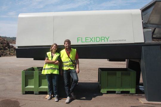 Lucile Noury et Rémi Gomez devant le Flexidry, photo GreenCREATIVE
