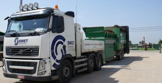 Lun des camion de livraison des machines, photo Smet Location