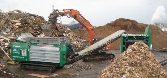 Chantier de broyage de bois de recyclage avec un Crambo, photo Smet Location