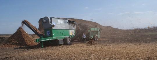Chantier de criblage et déplasticage de bois-énergie avec des équipements Komptech, photo Smet Location