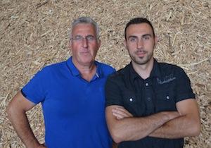 André et Dimitri Grévillot devant du broyat de bois de classe A, photo Frédéric Douard