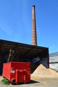 Conteneur de séchage Lauber devant la cheminée monumentale de la scierie de Miremont, photo Frérédic Douard