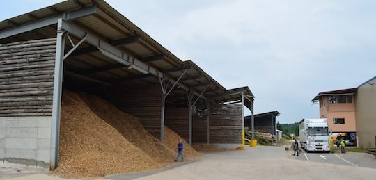 L'un des deux hangars de stockage de plaquettes forestières d'Agrébois, photo Frédéric Douard