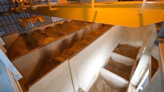 Le stockage de bois de la centrale de Razimont, avec les fosses de livraison devant, le silo actif au milieu et la fosse passive au fond, photo Frédéric Douard