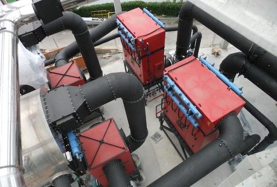 Les deux chaudières Compte sont équipées d'économiseurs (à droite sur l'image) qui récupèrent en sortie de cyclones (à gauche sur l'image) une bonne partie de la chaleur des fumées, photo Compte R