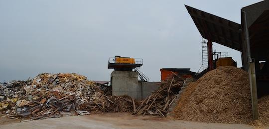 Zone de tri et de broyage des bois de classe B, photo Frédéric Douard