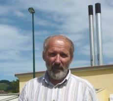 Michel MAYA,  Maire de Tramayes, devant la chaufferie bois de sa commune, photo Frédéric Douard