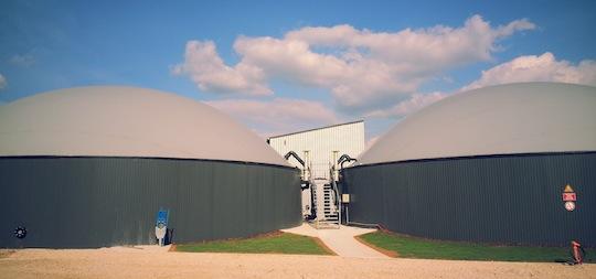 Digesteur et post-digesteur en béton d'une unité de méthanisation réalisée par Patrick Blanchet, photo Methaniseur.com