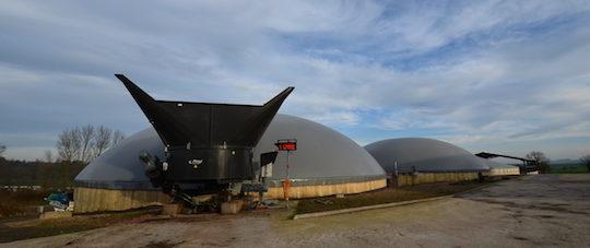 L'incorporateur Fliegl, les 2 cuves de méthanisation et les deux stockages de digestat à Thiembronne, photo Frédéric Douard
