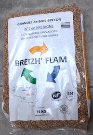 Sac de granulés Bretagne Pellets marqué des trois certifications, photo Frédéric Douard