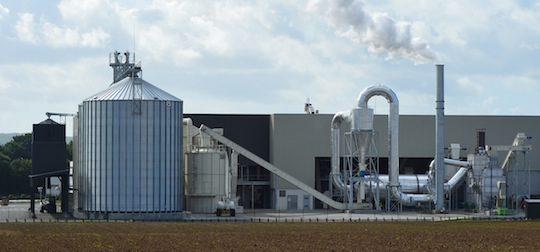 Vue sur la chaine de séchage et les silos de Bretagne Pellets, photo Frédéric Douard