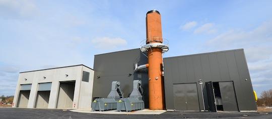 La chaufferie du réseau de chaleur de Guéret, avec à gauche les silos à bois, au centre la partie bois et à droite la partie gaz, photo Frédéric Douard