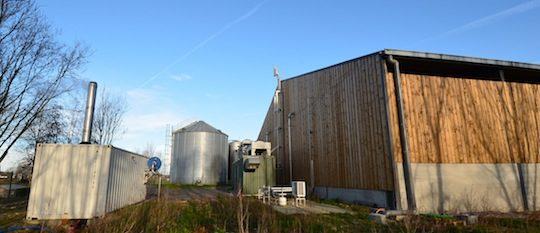 Unité de méthanisation du Pré du Loup à Saint-Josse, avec la chaufferie à gauche, le module de purification et compression au centre et le digesteur dans le bâtiment, photo Frédéric Douard