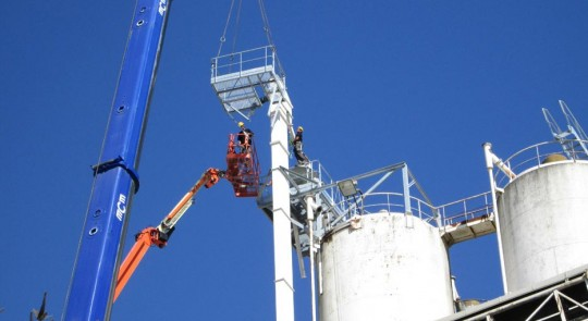 Montage d'élévateurs sur des silos industriels, photo J&P