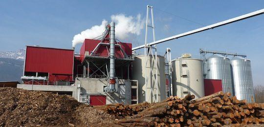 L'usine AEB avec à gauche le centrale de cogénération, au centre l'usine de granulation, à droite les deux silos à granulés Privé et au dessus le convoyeur Vecoplan, photo Frédéric Douard