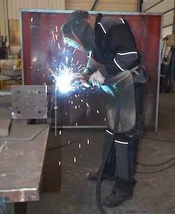 Préparation d'une pièce pour une intervention de maintenance dans les ateliers de Joly & Philippe ) Gilly-sur-Isère, photo Frédéric Douard