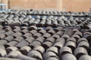 Séchage de briquettes de charbon de typha, photo GRET