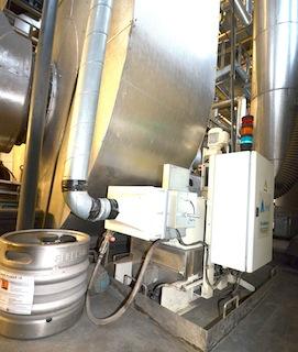 Le Fire Cube injecte le catalyseur dans l'air primaire, à partir d'un fût sous pression, ici chez AEB, photo Frédéric Douard