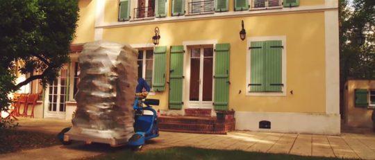 Livraison d'une palette de bois de chauffage dans une maison de ville, image Jeremy Hugues