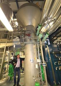 Ari-Matti Mattila, directeur de la centrale de Kauhava, sous la colonne de purification de l'eau condensée Caligo, photo Frédéreic Douard