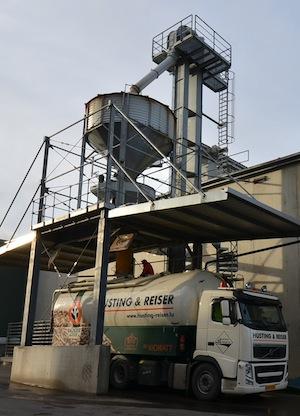 Chargement d'un camion souffleur Husting & Reiser, photo Frédéric Douard