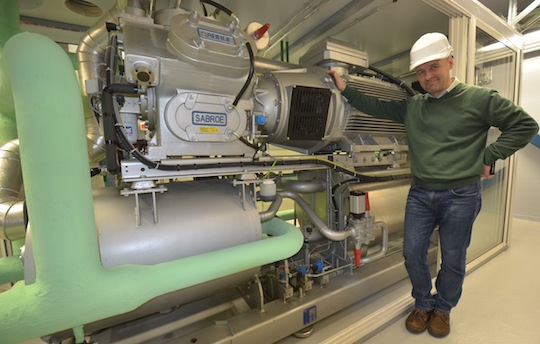 Juha Järvenreuna devant la pompe à chaleur du condenseur de Kauhava, photo Frédéric Douard
