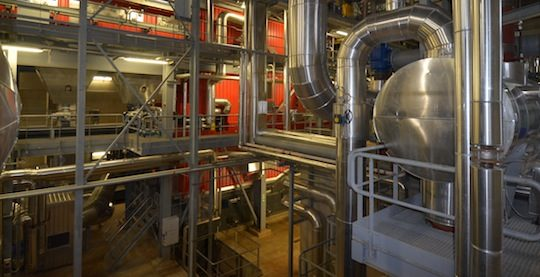 La chaudière Vyncke de 17 MW et à droite la bâche alimentaire, photo Frédéric Douard