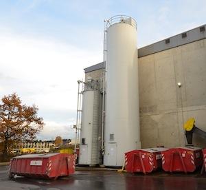 Les silos à chaux et à charbon actif (le petit) pour le traitement des fumées, photo Frédéric Douard