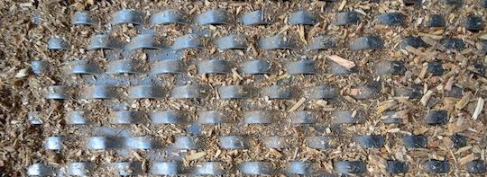 La tôle perforée qui compose le plancher du séchoir France Biomasse, photo Frédéric Douard