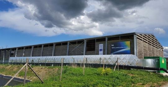 Le hangar de stockage de plaquettes de Trifyl équipé à l'arrière de la gaine d'arrivée de l'air de séchage pour la travée du milieu, photo France Biomasse