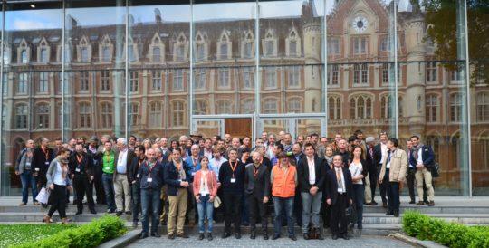 Les participants du Propellet 2016 avec en reflet la façade de la prestigieuse Université Catholique de Lille, photo Frédéric Douard - Cliquer sur l'image pour l'agrandir.