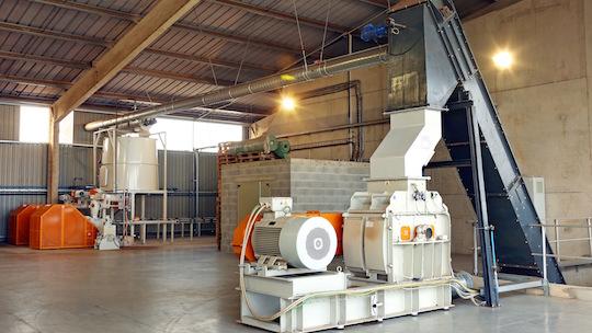 L'affineur de bois sec Di Piu en aval du convoyeur Sera et en amont des presses à briquettes Di Piu, photo Groupe Agri