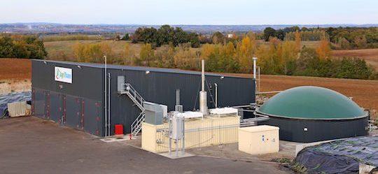Le hangar-digesteur à gauche, la préfosse à liquide et le module de cogénération au centre, photo Groupe Agri
