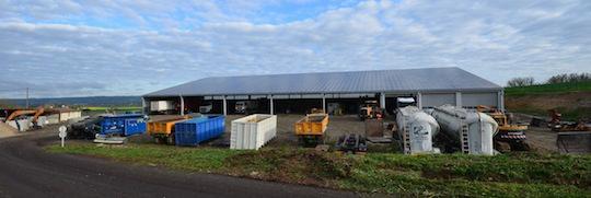 Le parc de matériels de chantiers du Groupe Agri devant la garage photovoltaïque, photo Frédéric Douard