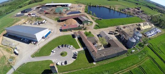 Le site du Groupe Agri à Montans, avec la ferme en bas à droite, le hangar photovolaIque, l'usine biomasse au centre et la méthanisation au fond à gauche, photo Groupe Agri