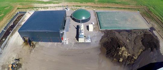 Les digesteurs à gauche, le fosse à liquide et le module de cogénération au centre, et les digestats solides et liquides à droite, photo Groupe Agri