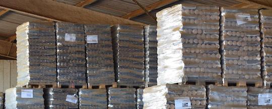 Stockage de briquettes chez Agri 2000, photo Frédéric Douard