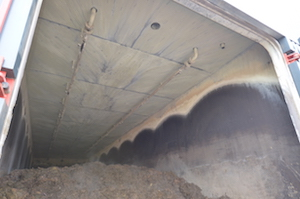L'intérieur d'un garage-digesteur avec les rampes d'aspersion au plafond, photo Frédéric Douard