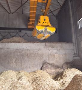 Grappin d'alimentation des silos à bois depuis la fosse de livraison ou du stockage, photo Frédéric Douard