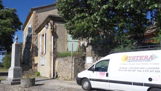 La mairie de Saint-Michel-de-Chabrillanoux et une fourgonnette de l'entreprise d'installation de Philippe Gondry, photo Hargassner France