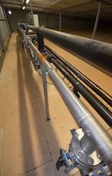 Les conduites de captage du biogaz dans le toit des digesteurs, photo Frédéric Douard
