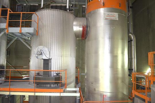 Zone de combustion à gauche du foyer de la chaudière Agroforst de 8 MW et son échangeur à droite, photo Frédéric Douard