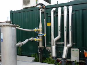 Arrivee de biogaz et départ réseau de chaleur du module de cogénération, photo François Bornschein