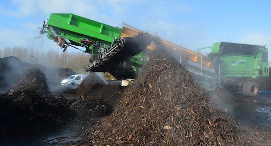Crible à 3 fractions Neuenhauser retirant le bois-énergie de déchets verts pré-compostés chez Agriopale, photo Frédéric Douard