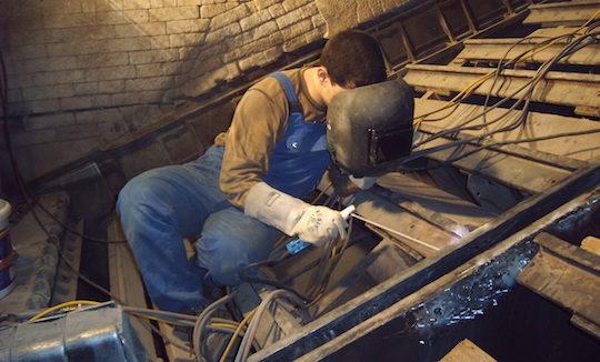 Intervention de maintenance dans un foyer à dechets ménagers, photo Saretco
