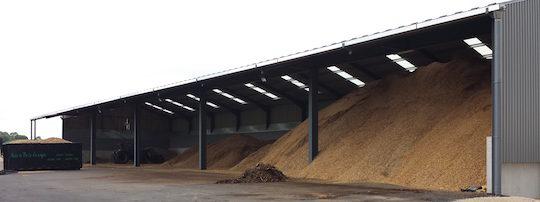 Le hangar de stockage de plaquettes de la société Nature Bois Energie à Frasne, photo NBE