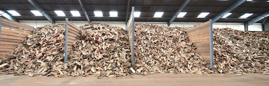 Le stock de bûches en vrac, trié par longueurs, photo Frédéric Douard