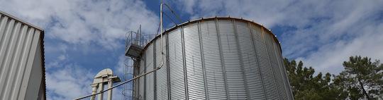 Les granulés sont conduits pneumatiquement dans le silo Privé par une conduite en inox, photo Frédéric Douard