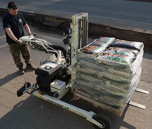 Livraison d'une palette de granulés avec un chariot embarqué Transmanut, photo Piskorski