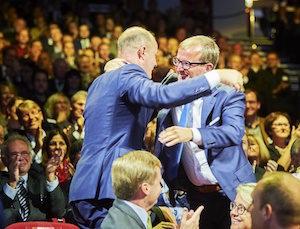 Embrassade des deux frères Vyncke, Peter et Dieter, à la proclamation des résultats, photo Vyncke
